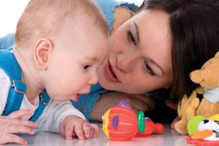 Bébé met tout à la bouche