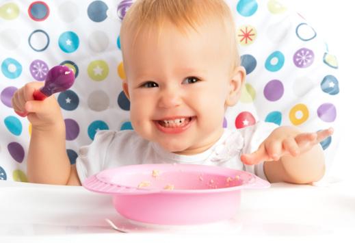 Bébé veut manger tout seul : comment l'aider sans stresser
