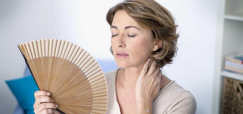 Ménopause précoce : symptômes, causes et traitements possibles